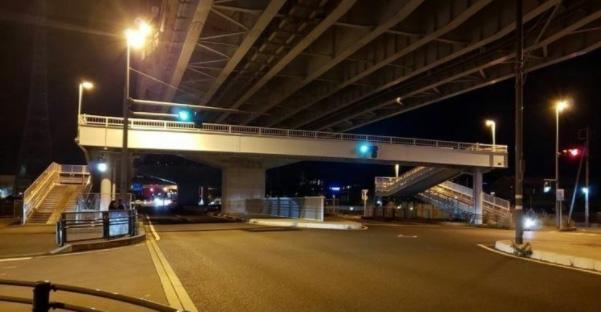 静岡県三島市の現場交差点。被告人の乗用車は手前から赤信号にもかかわらず直進。仲澤さんの原付バイクは、青信号で右から左へと進行していた(遺族提供)