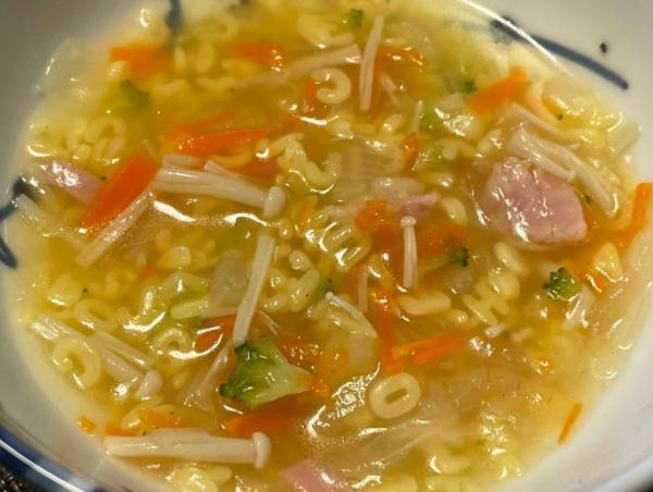 筆者がアルファベットマカロニを取り寄せて作ってみた「ABCスープ」(筆者撮影)