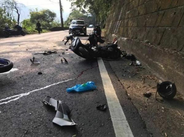 衝突の衝撃で大破した俊徳さんのスクーター。台湾は右側通行で、この車線は俊徳さんの走行車線だった(林里美さん提供)