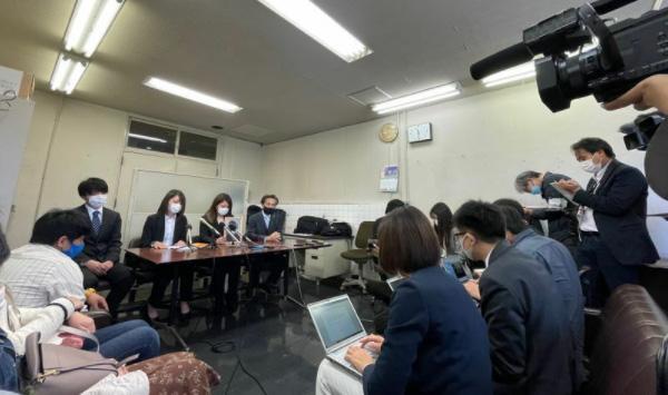 記者会見に臨む遺族たち。左から長男・勇梨さん、次女・マリンさん、長女・杏梨さん、被害者参加弁護人の高橋正人氏(筆者撮影)