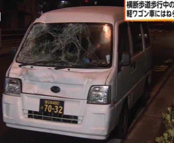 青信号で横断歩道を渡っていた耀子さんとお父さんを信号無視ではねた加害者の車。フロントガラスが激しく破損している。「よろず屋ニュース」の画面より(筆者撮影)