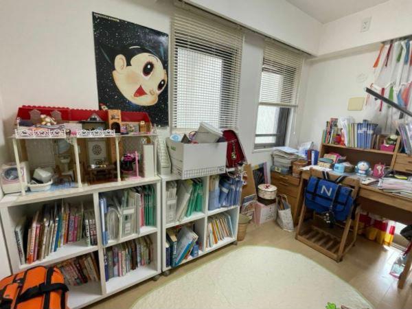 耀子さんの勉強部屋は事故前のまま。壁に貼られたアトムのポスターは、父親が子供のころから大切にしていたという1枚だ(筆者撮影)