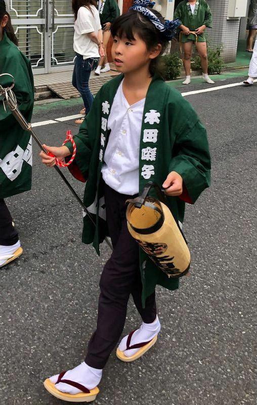 小学2年生のときから稽古を続けていたお囃子で町内を練り歩く耀子さん(遺族提供)