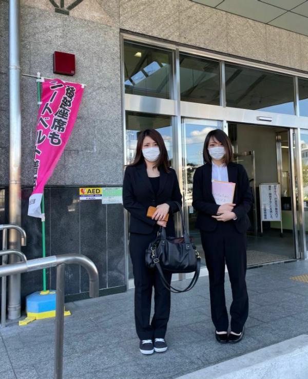 3月15日、刑事裁判の判決直後、筆者と共に三島警察署に出向き、質問を行った長女の杏梨さん(左)と次女のマリンさん。三島警察署にて(筆者撮影)