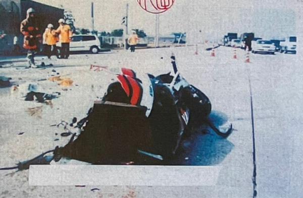 事故直後の現場。敦司さんのバイクは原形をとどめないほど大破している(楠野さん提供)