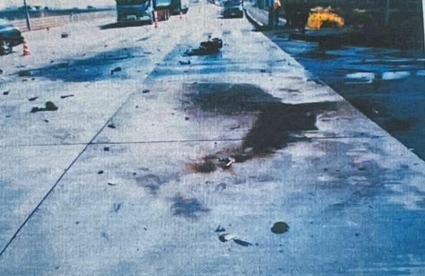 バイクのタンクはトラックに踏み潰され、爆発炎上。現場にはガソリンが焼け焦げたような臭いが漂っていたという(楠野さん提供)