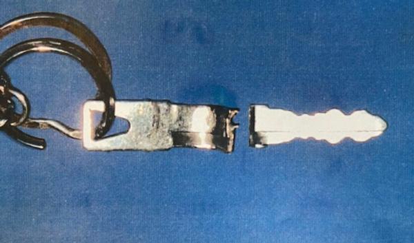 敦司さんのバイクのイグニッションキーは、衝突の衝撃で完全に折れていた(楠野さん提供)