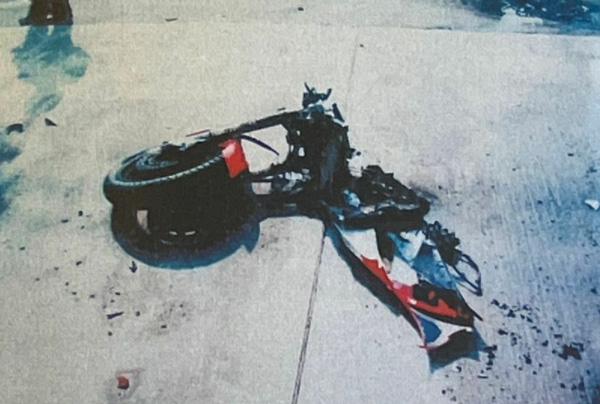 事故直後の敦司さんのバイク。タンクが踏み潰され、前部と後部が分断されている(楠野さん提供)