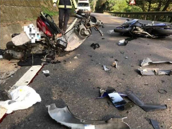 事故直後の事故現場。左のスクーターが俊徳さんのバイク。衝突は俊徳さんの走行車線上で発生したとみられている(林さん提供)
