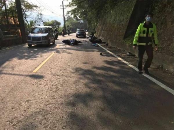道路中央に転倒しているのは、即死した相手のライダーのバイク(林さん提供)