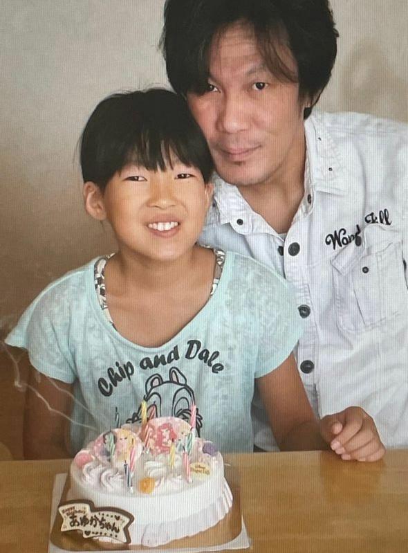 2017年9月10日、11歳のバースデーケーキを前に嬉しそうな表情を見せる安優香さんと父親の勉さん。この半年後に事故は起こった(井出さん提供)