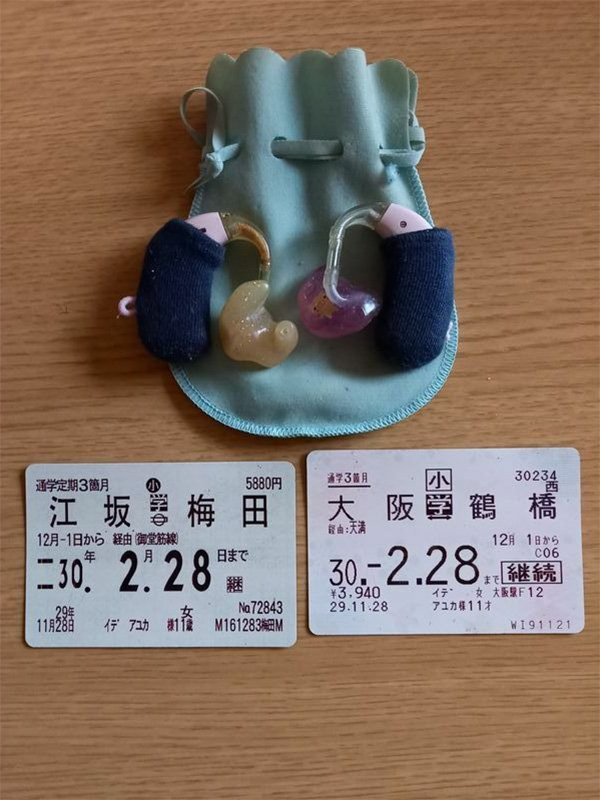 安優香さんが使っていた特注の補聴器は血で赤く染まっていたが、父親の努さんはきれいに洗い、毎日胸ポケットに入れて通勤している(井出さん提供)