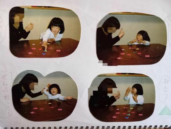 母親のさつ美さんと共に、キューとスピーチに使う図形を覚える訓練をする3歳当時の安優香さん(井出さん提供)