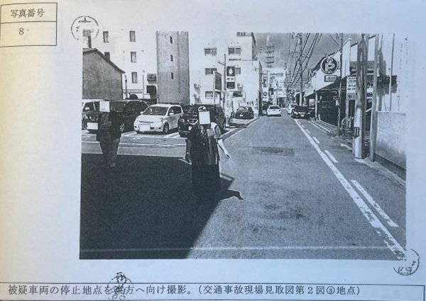事故から4年後、現場で再検証に応じる安里さん(合田さん提供)