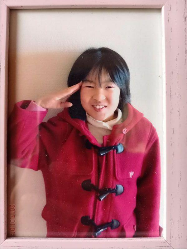 事故で亡くなった井出安優香さん(当時11)。事故の当日もこの赤いコートを身に着けていた(井出さん提供)