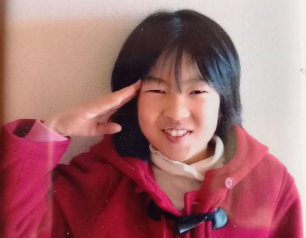 亡くなった安優香さん。事故当日もこのお気に入りの赤いコートを身に着けていた(井出さん提供)
