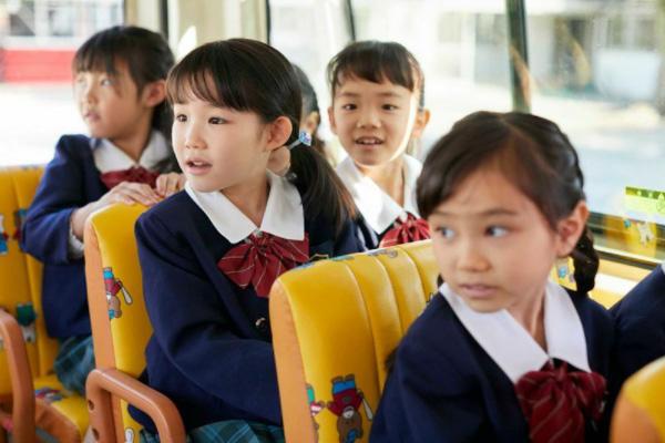 日本でもスクールバスは運行されているが運転手の高齢化や車内の安全を不安視する声も(写真:アフロ)