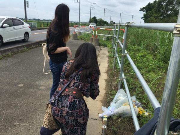 事故から1年7か月後、初めて事故現場を訪れた被害少年の母と姉。加害者はこの道で時速100キロ以上の速度を出し、同乗者を2人死亡させる事故を起こした(小栗幸夫氏提供)