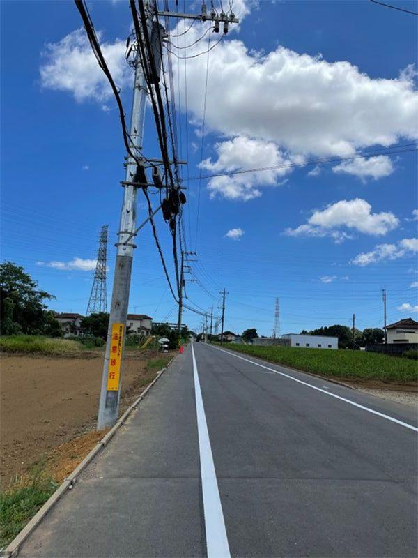 5人の児童が死傷した事故現場には、8月上旬、歩行者の安全を確保するための白線が引かれた(筆者撮影)