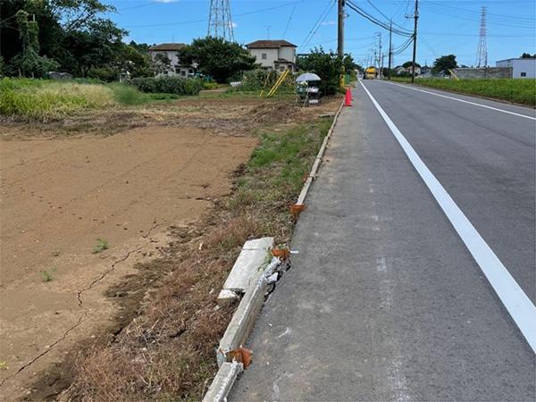 事故現場の縁石には、路外へ突っ込んだトラックの痕跡が残る(筆者撮影)