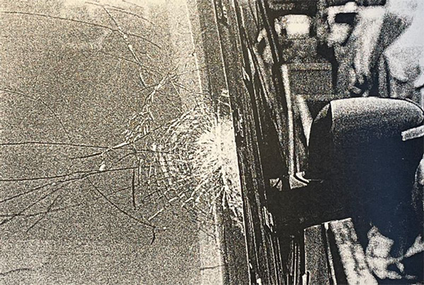 国道の左端を歩いていた宇都宮さんに後ろから衝突した加害者のフロントガラス(遺族提供)