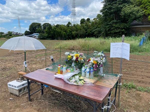 八街市の児童死傷事故現場に設けられた献花台(筆者撮影)