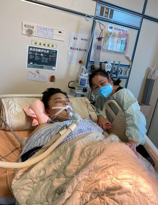 脳死状態となった息子を台湾の病院に見舞う母・里美さん(林さん提供)
