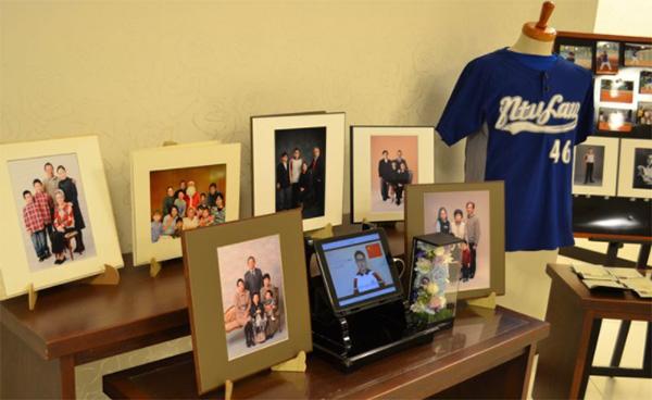 俊徳さんの葬儀会場には、たくさんの家族写真が飾られていた(筆者撮影)