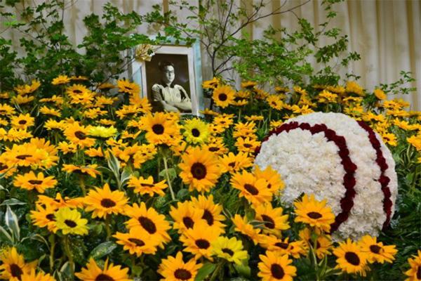 5月、日本で執り行われた俊徳さんの葬儀には大好きだったひまわりの花と花でかたどられた野球ボールが飾られていた(筆者撮影)
