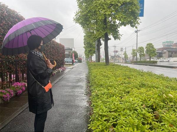 群馬県高崎市の事故現場にたたずむ母親の山田さん(筆者撮影)