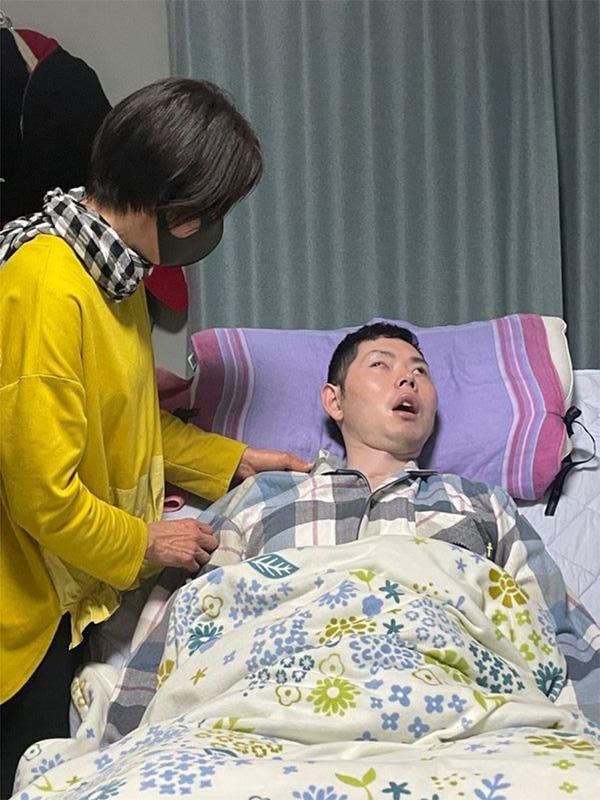 自身が立ち上げた「リーベハウゼ」の1階居室に入居する良さんに、優しく語りかける山田さん(筆者撮影)