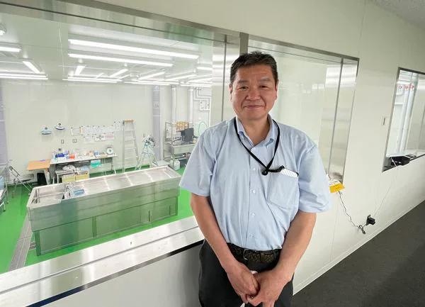 岩瀬博太郎教授と仕事場でもある千葉大学の解剖室(筆者撮影)