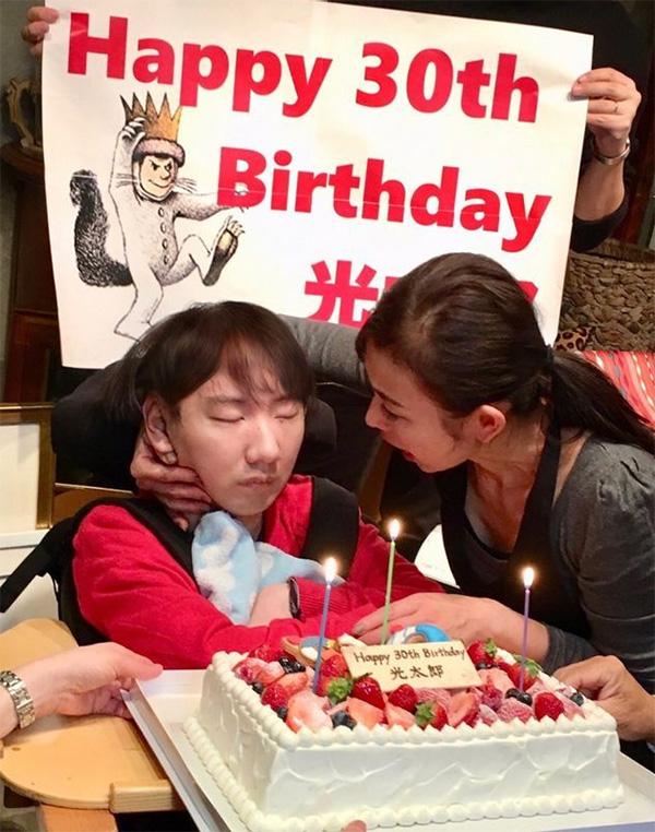 光太郎さんの30歳の誕生日に、母・りえさんと(本間さん提供)