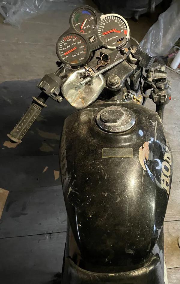 被害者が乗っていた小型バイク(筆者撮影)